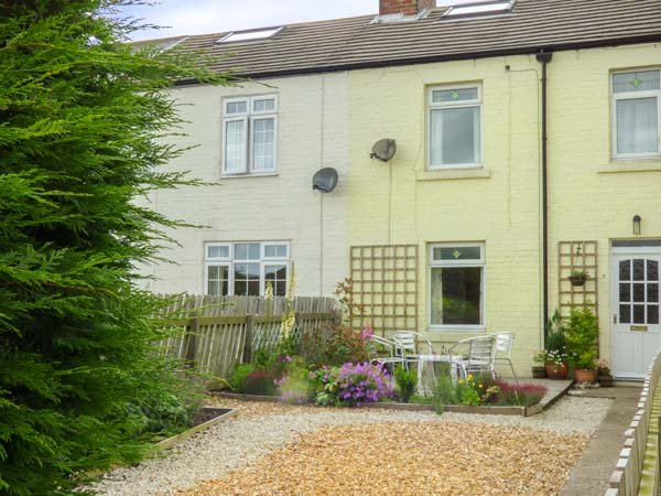 PEBBLE COTTAGE, mid-terrace, woodburner, WiFi, enclosed garden, pet-friendly, in Hinderwell, Ref 937391 - Image 1 - Hinderwell - rentals