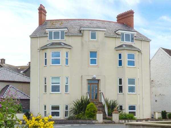 GWYLANEDD TWO, duplex apartment, king-size double, WiFi, sea views, in Llanfairfechan, Ref 939530 - Image 1 - Llanfairfechan - rentals