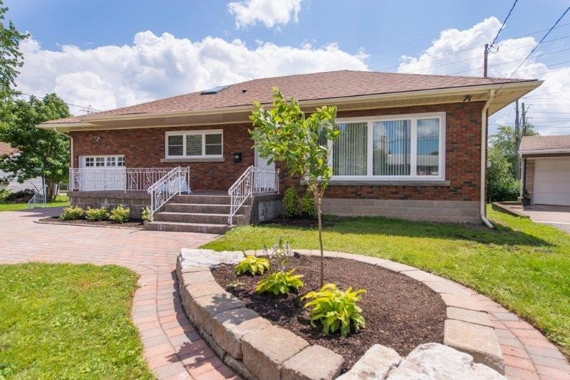 Home Exterior - Waterfall Bungalow - 15 Minute Walk to the Falls! - Niagara Falls - rentals