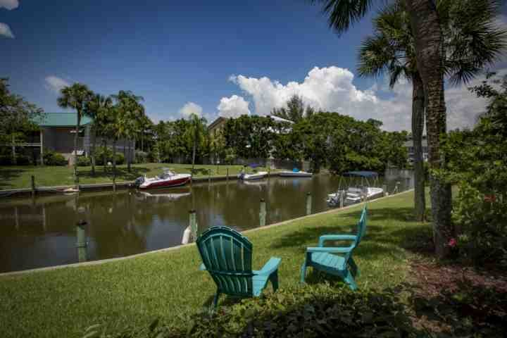 Fish, sit or chat, your beautifully decorated 1st floor tropical oasis awaits just a 5 minute walk from Siesta Beach - White Sands Walk to Siesta Beach inlet water view and heated community pool - Siesta Key - rentals