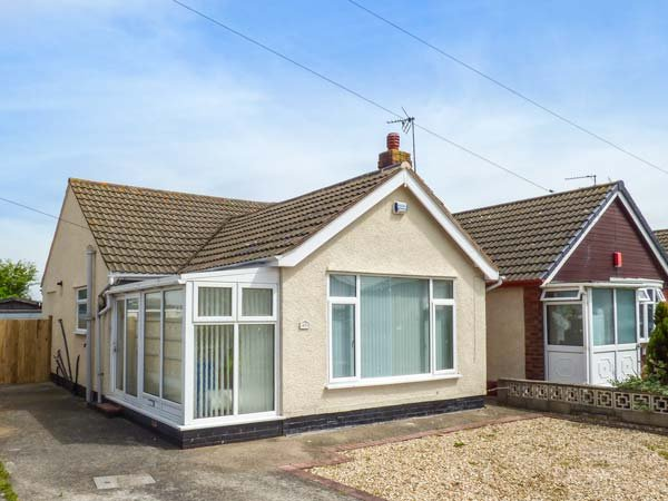 43 LON Y CYLL, detached bungalow, pet-friendly, ideal coastal retreat - Image 1 - Abergele - rentals