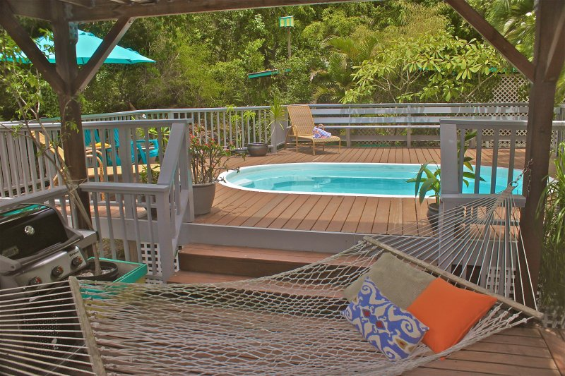 Hammock stretched by the pool - Affordable Coral Bay rental with Pool for couples or Families - Coral Bay - rentals