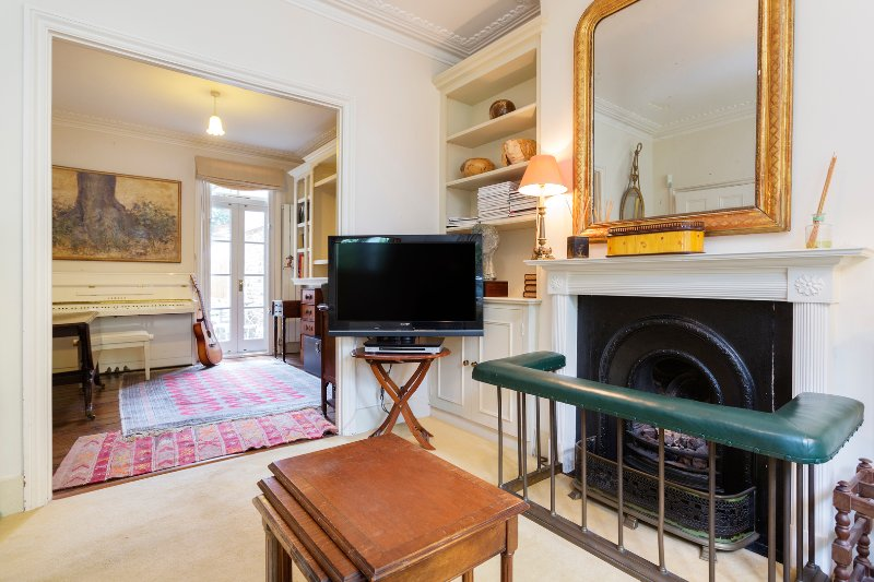 An enchanting three bed abode,  with plentiful natural light and high ceilings. - Image 1 - London - rentals