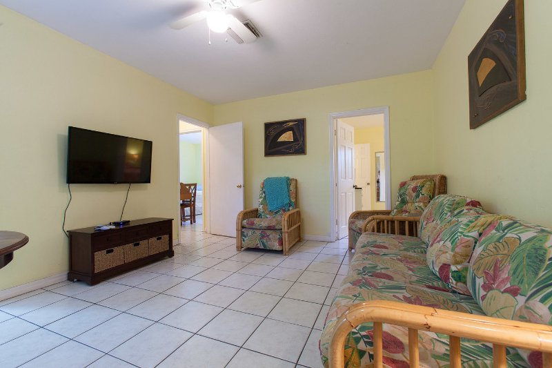 Living Room - CUTE YELLOW  COTTAGE JUST FEW STEPS FROM BEACH - Fort Lauderdale - rentals