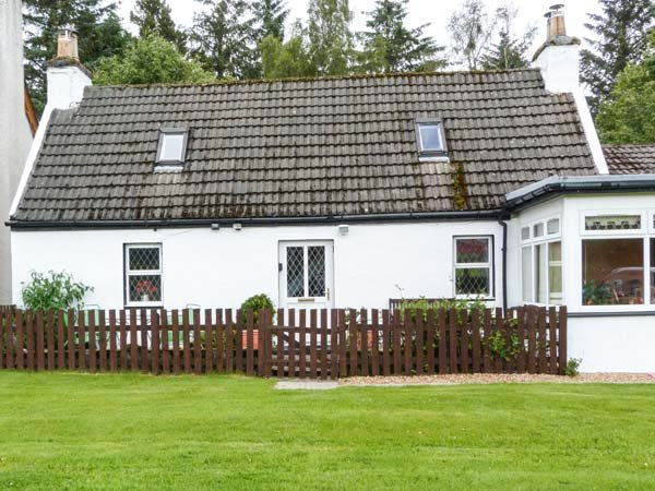 THE OLD COTTAGE AT INCHBRINE, patio with furniture, fantastic touring location, close to Loch Ness, Drumnadrochit, Ref 935415 - Image 1 - Drumnadrochit - rentals