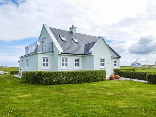 HOLIDAY COTTAGE, detached, en-suite bedrooms, lawned garden, WiFi, Belmullet, Ref 939420 - Image 1 - Belmullet - rentals