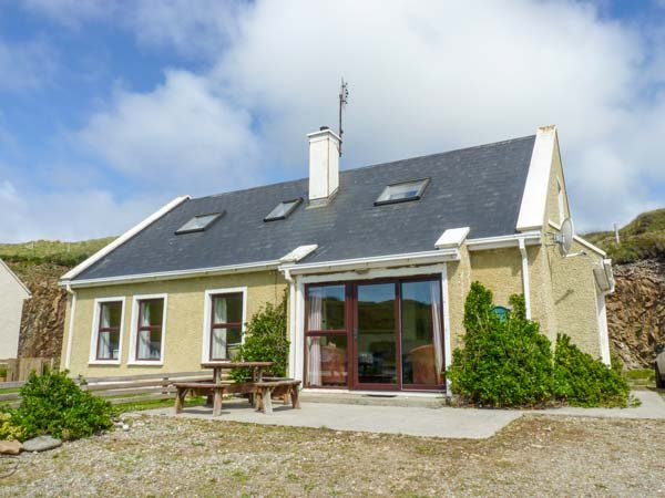 GLASHEEDY COTTAGE, detached, open fire, dogs welcome, close to beaches, Malin Head, Ref 938540 - Image 1 - Malin Head - rentals