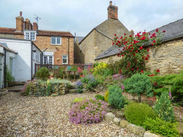 THE HAVEN, end-terrace, woodburner, open fire, WiFi, pet-friendly, private enclosed garden, nr Scarborough, Ref 938812 - Image 1 - Scarborough - rentals