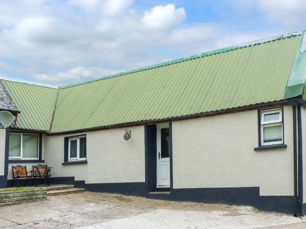 CHERRYMOUNT COTTAGE, ideal for two people, WiFi, open plan, shared lawned garden, Youghal, Ref 923538 - Image 1 - Youghal - rentals