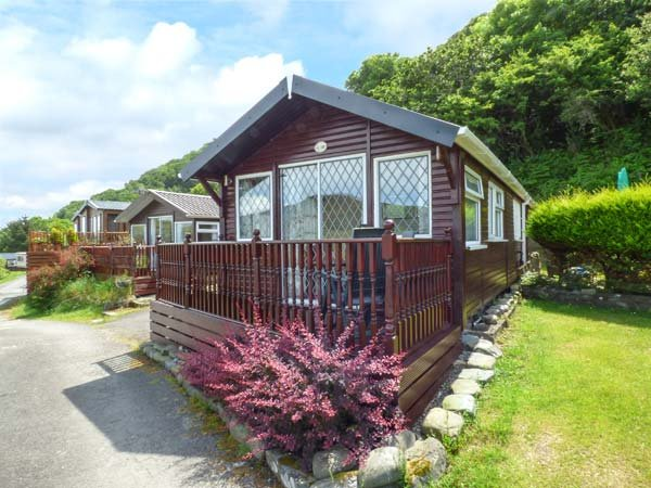 NO. 18, detached chalet, two bedrooms, on-site facilities, beach close by, Aberystwyth Ref 940565 - Image 1 - Aberystwyth - rentals