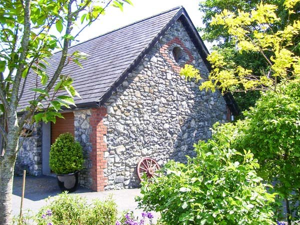 STONE LODGE, all first floor, en-suite, solid-fuel stove, parking, garden, in Kilkenny, Ref 931147 - Image 1 - Kilkenny - rentals