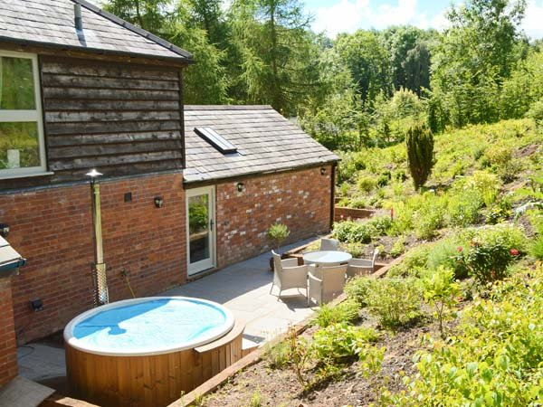 STABLE COTTAGE luxurious detached cottage, wood-fired hot tub, WiFi in Tenbury Wells Ref 932219 - Image 1 - Tenbury Wells - rentals