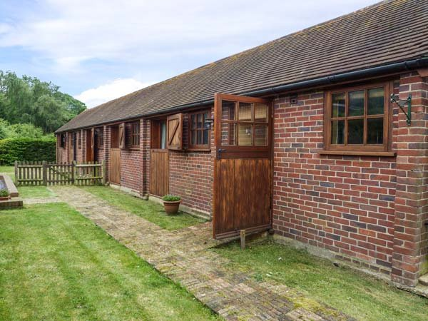 THE RACING STABLES, converted stable, single-storey, off road parking, lawned garden, Bodle Street Green, Ref 933198 - Image 1 - Bodle Street Green - rentals