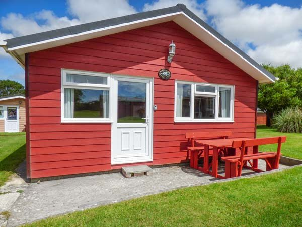 72 PARKLANDS, wooden lodge, parking, patio with furniture, on holiday park, in St Merryn, Padstow, Ref 934668 - Image 1 - Padstow - rentals