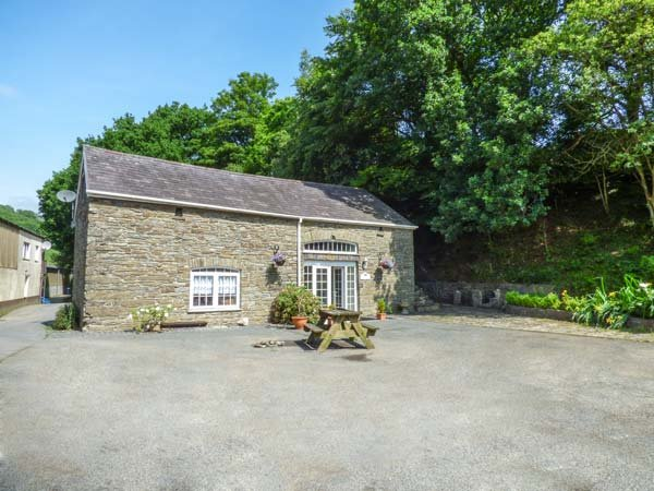 LOFT APARTMENT first floor studio apartment, shared use of unheated plunge pool, good touring location, in Llandysul Ref 939765 - Image 1 - Llandysul - rentals