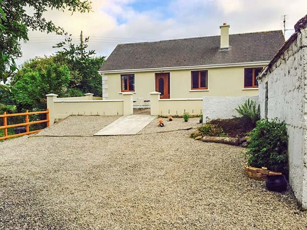 BALLOR COTTAGE, open fire, rural location, pet-friendly, Ballyvary, Ref 936769 - Image 1 - Ballyvary - rentals
