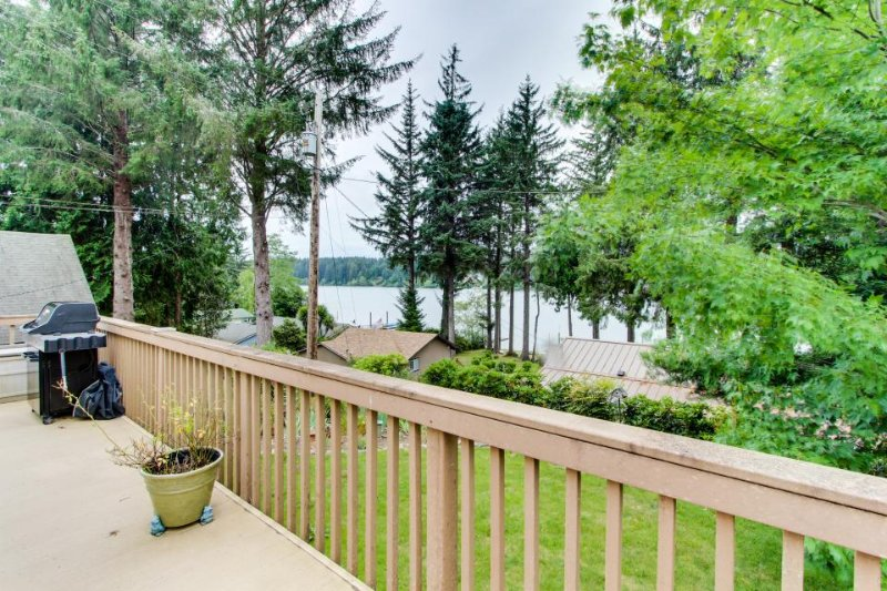 Lakeside house on Siltcoos Lake w/gorgeous views, near beach access - Image 1 - Florence - rentals