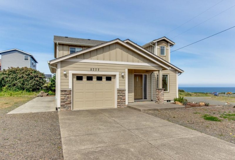 Cozy, modern house w/ ocean views & steps to Roads End Park beach access - Image 1 - Lincoln City - rentals