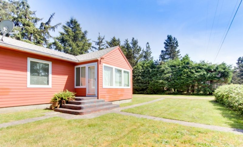 Dog-friendly, blocks to the beach, walk to golf course! - Image 1 - Gearhart - rentals