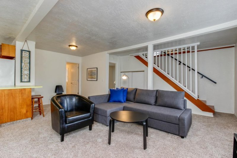 Bright, dog-friendly cottage w/ nearby beach access, great location - Image 1 - Lincoln City - rentals