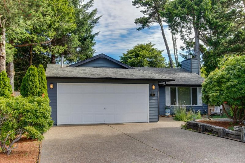 Spacious, dog-friendly home near the beach - perfect for large groups! - Image 1 - Depoe Bay - rentals