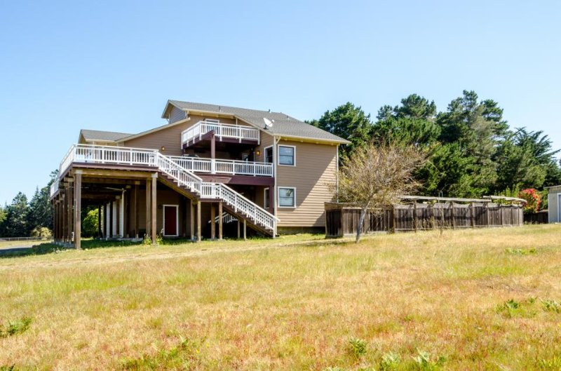 A gorgeous deck, garden & hot tub, walk to the beach and lighthouse! - Image 1 - Mendocino - rentals