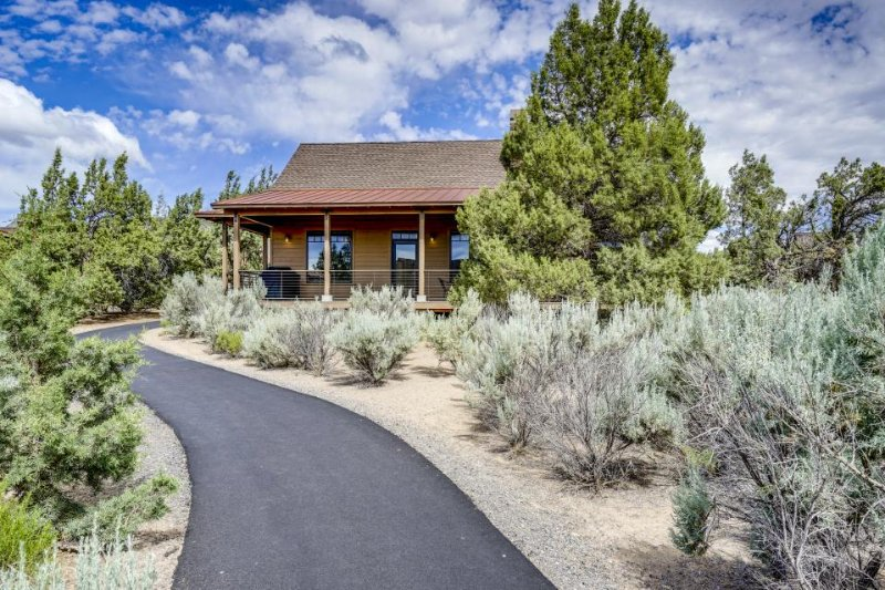 Enjoy shared pool & hot tub, resort amenities, beautiful locale, & on-site golf! - Image 1 - Powell Butte - rentals