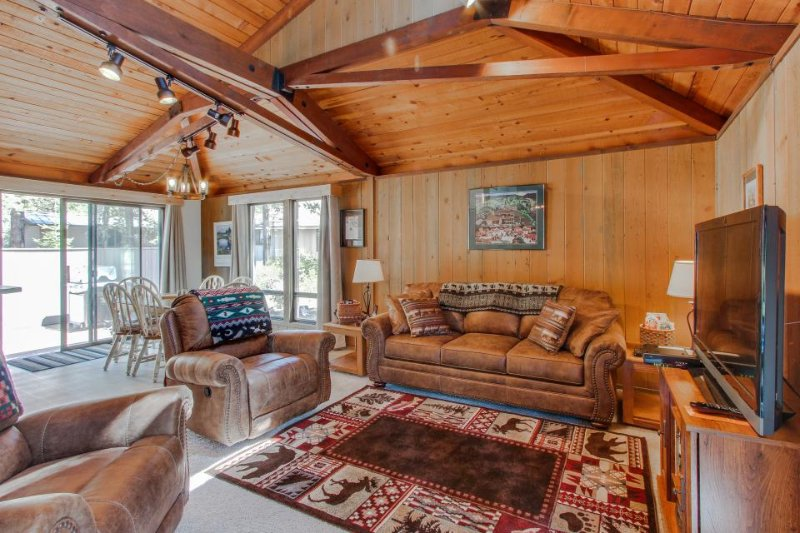 Cozy, family-friendly cabin w/ private hot tub & SHARC passes - Image 1 - Sunriver - rentals