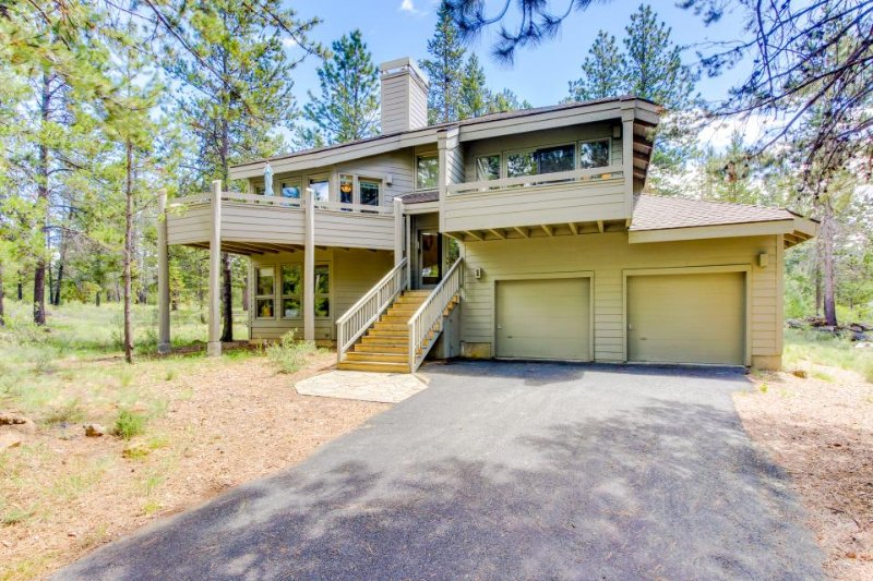 Cozy cabin w/ private hot tub, entertainment & SHARC passes in a quiet location - Image 1 - Sunriver - rentals