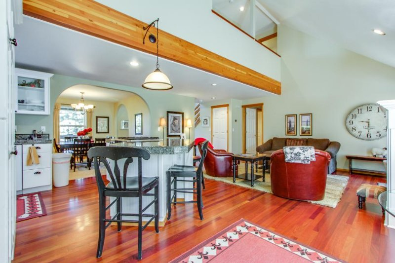Spacious dog-friendly home w/ private hot tub & jetted tub on desirable westside - Image 1 - Bend - rentals