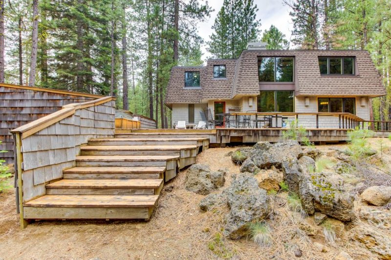 Cozy retreat w/ private hot tub, fabulous deck & access to shared pool, sauna! - Image 1 - Black Butte Ranch - rentals