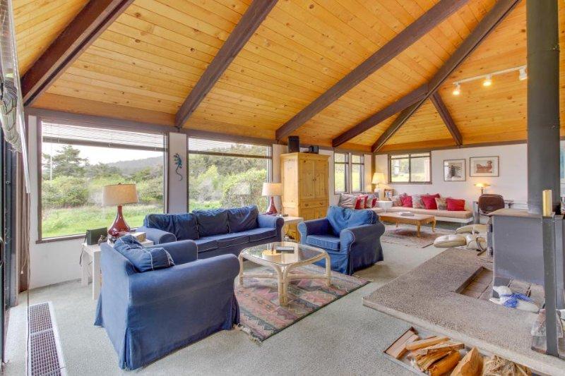 Short walk to Shell Beach, dog-friendly, hot tub & shared pool! - Image 1 - Sea Ranch - rentals
