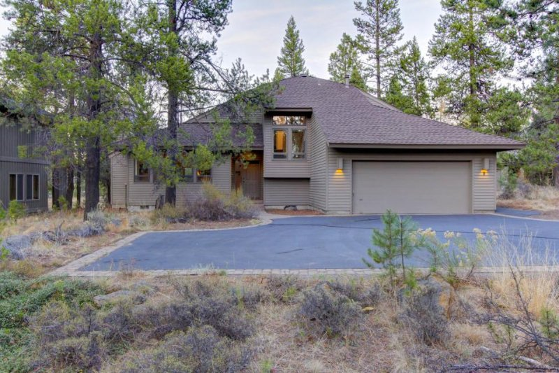 Private hot tub, dog-friendly home offers SHARC access & space for the family! - Image 1 - Sunriver - rentals