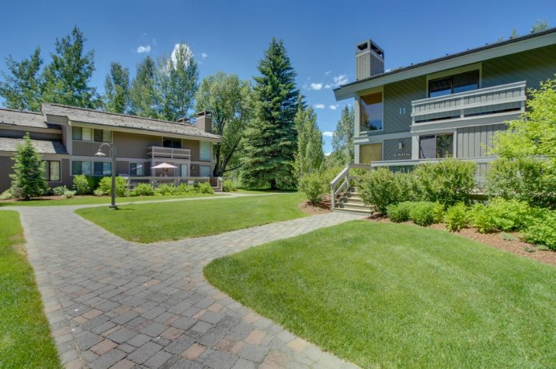Townhouse near Dollar Mountain, includes shared pools, hot tub & sauna! - Image 1 - Sun Valley - rentals