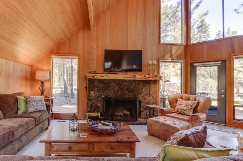Contemporary lodge w/ shared pool, hot tub, resort amenities & entertainment! - Image 1 - Black Butte Ranch - rentals