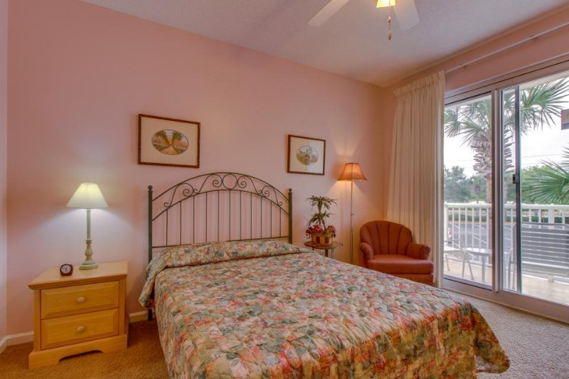 Cozy studio condo near beach w/ shared pool, hot tub, tennis + gym access! - Image 1 - Destin - rentals