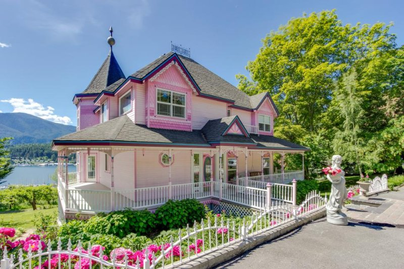 Victorian-style home & cottage w/ scenic bay view & easy beach access! - Image 1 - Bayview - rentals