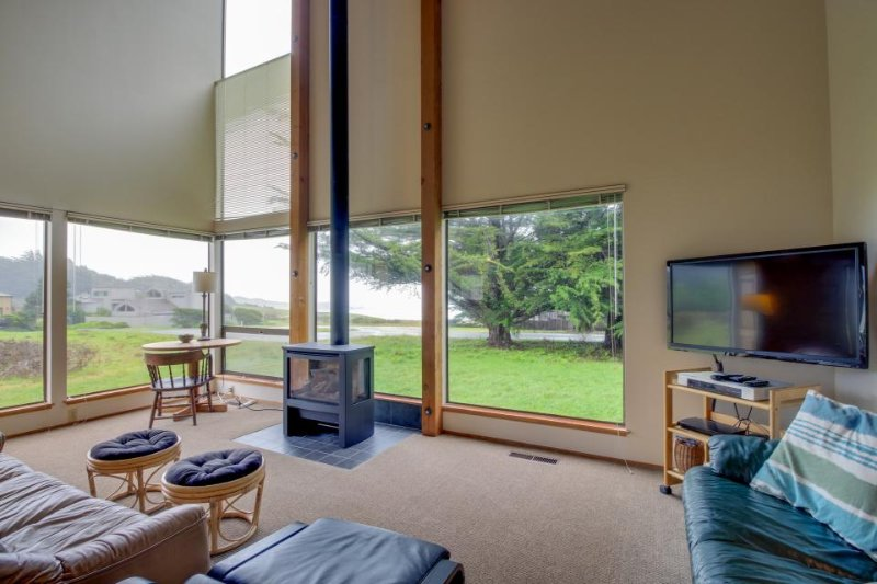 Bright, dog-friendly home near Black Point Beach and the lodge w/ shared pool - Image 1 - Sea Ranch - rentals