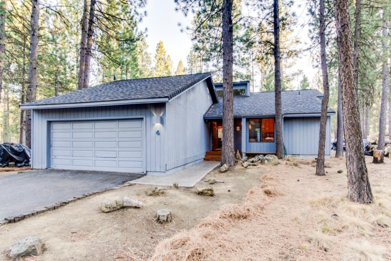 Inviting dog-friendly home w/ private hot tub, entertainment & SHARC access - Image 1 - Sunriver - rentals