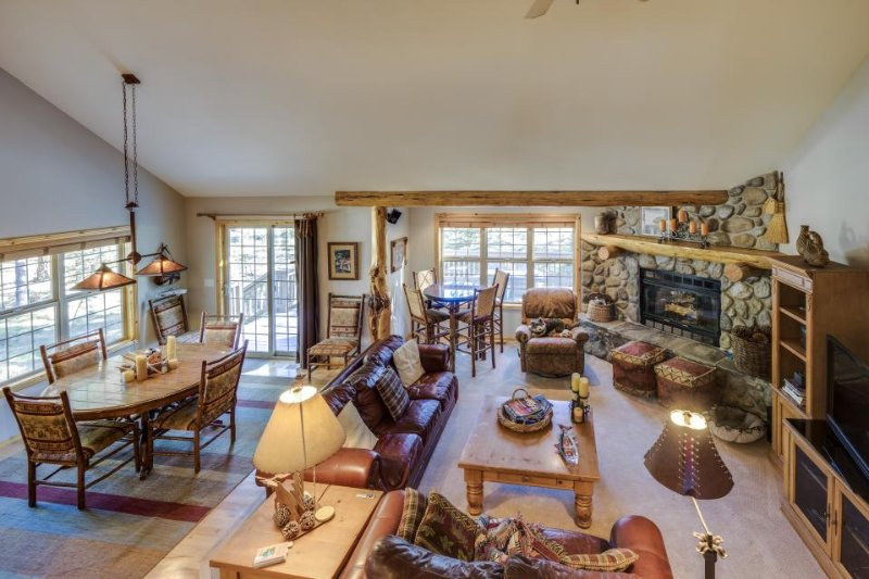 Fantastic dog-friendly retreat w/private hot tub & balcony, SHARC access! - Image 1 - Sunriver - rentals