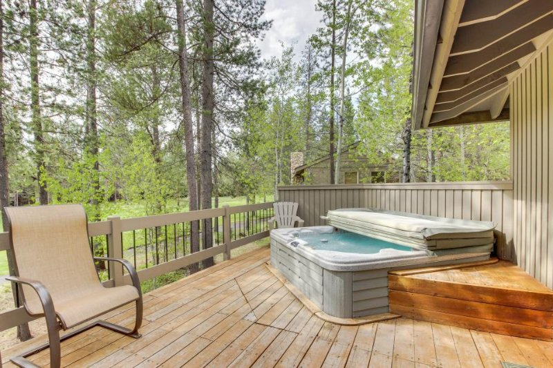 SHARC passes, private hot tub, chef's kitchen, and a game room! - Image 1 - Sunriver - rentals