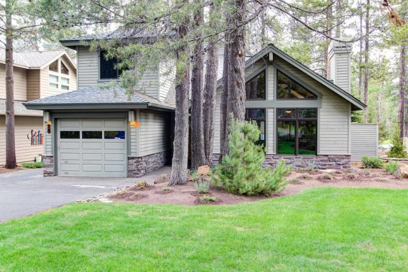 Sunny, warm house with stunning deck, backyard, and private hot tub! - Image 1 - Sunriver - rentals