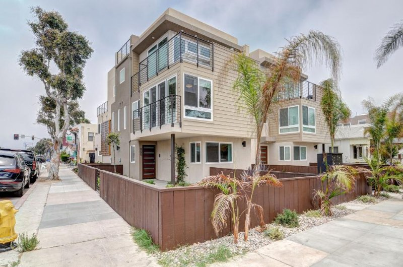 Beautiful modern townhome in Mission Beach awaits your lucky group! - Image 1 - San Diego - rentals