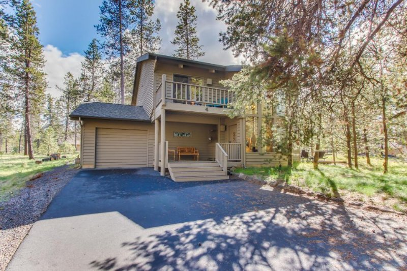 Dog-friendly home with three decks, a private hot tub & on-site golf and tennis! - Image 1 - Sunriver - rentals