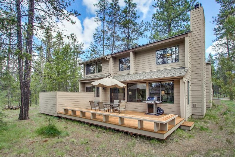 Cozy cabin with a private hot tub near the Deschutes River! Free SHARC access! - Image 1 - Sunriver - rentals