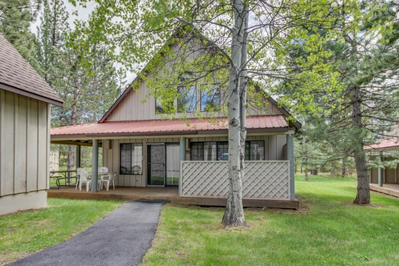 Bright and welcoming family-friendly home with private hot tub, deck! - Image 1 - Sunriver - rentals