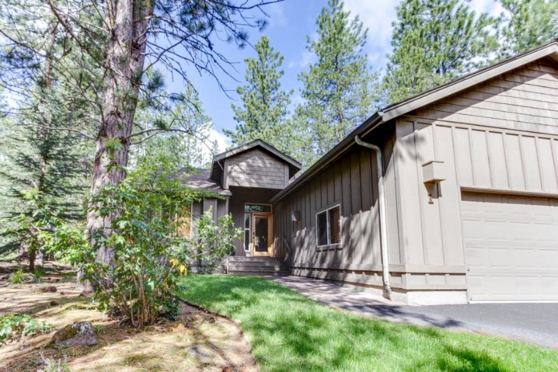 Near Fort Rock Park w/ SHARC passes & private hot tub! - Image 1 - Sunriver - rentals