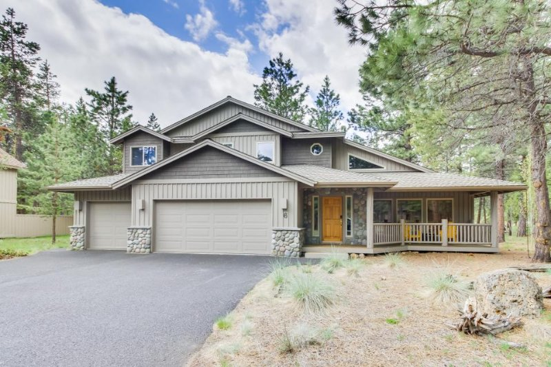 Spacious, family-friendly home with private hot tub and bikes! Free SHARC access - Image 1 - Sunriver - rentals