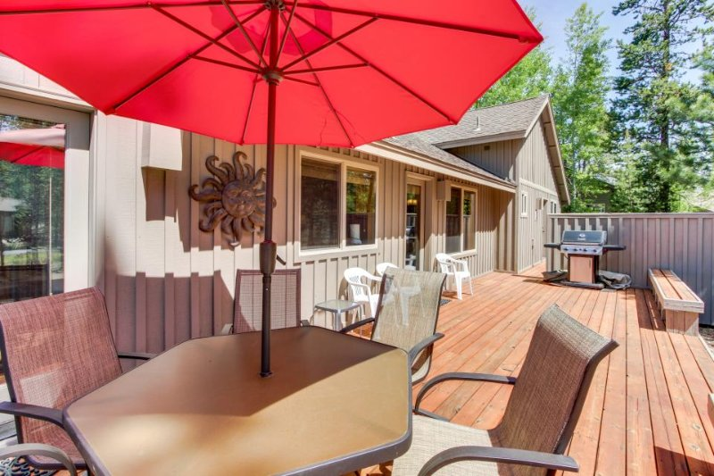 Spacious, modern home with private hot tub and Ping-Pong table! - Image 1 - Sunriver - rentals