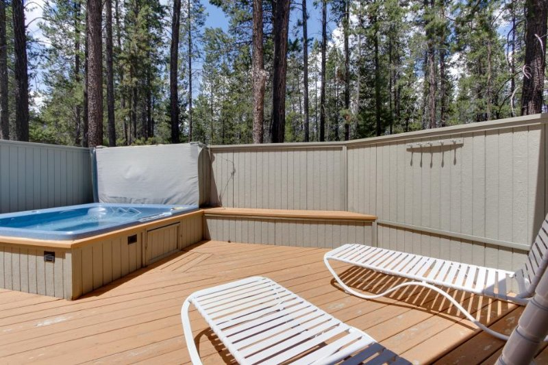 Large Sunriver home in quiet neighborhood w/ private hot tub! - Image 1 - Sunriver - rentals